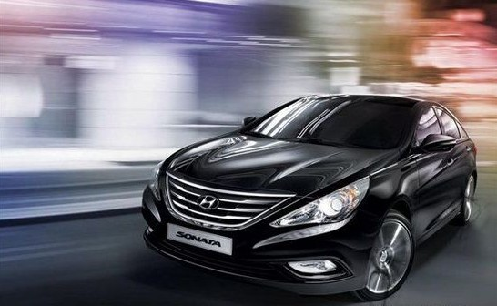 北京现代生产的第八代索纳塔刚在国内上市不久,现代便在韩国发布了2012款索纳塔的官图。从获得的信息看,新车型相较现款变化并不明显,仅是细节上的一些小改动。当然,这些或许也将在未来的国产车型中出现。  2012款索纳塔官图 从官图中看,新款索纳塔相较现款车型变化并不明显。仅是前进气格栅上的镀铬条形态有细微调整,而在笔者看来,这样的设计则失去了些许立体感。此外,在外后视镜上,新款索纳塔的转向灯更为修长,可以想象其最终显示效果将呈现出一条光带,十分炫酷。  再看车尾设计,新款索纳塔也基本保持原样,只是后尾灯组内
